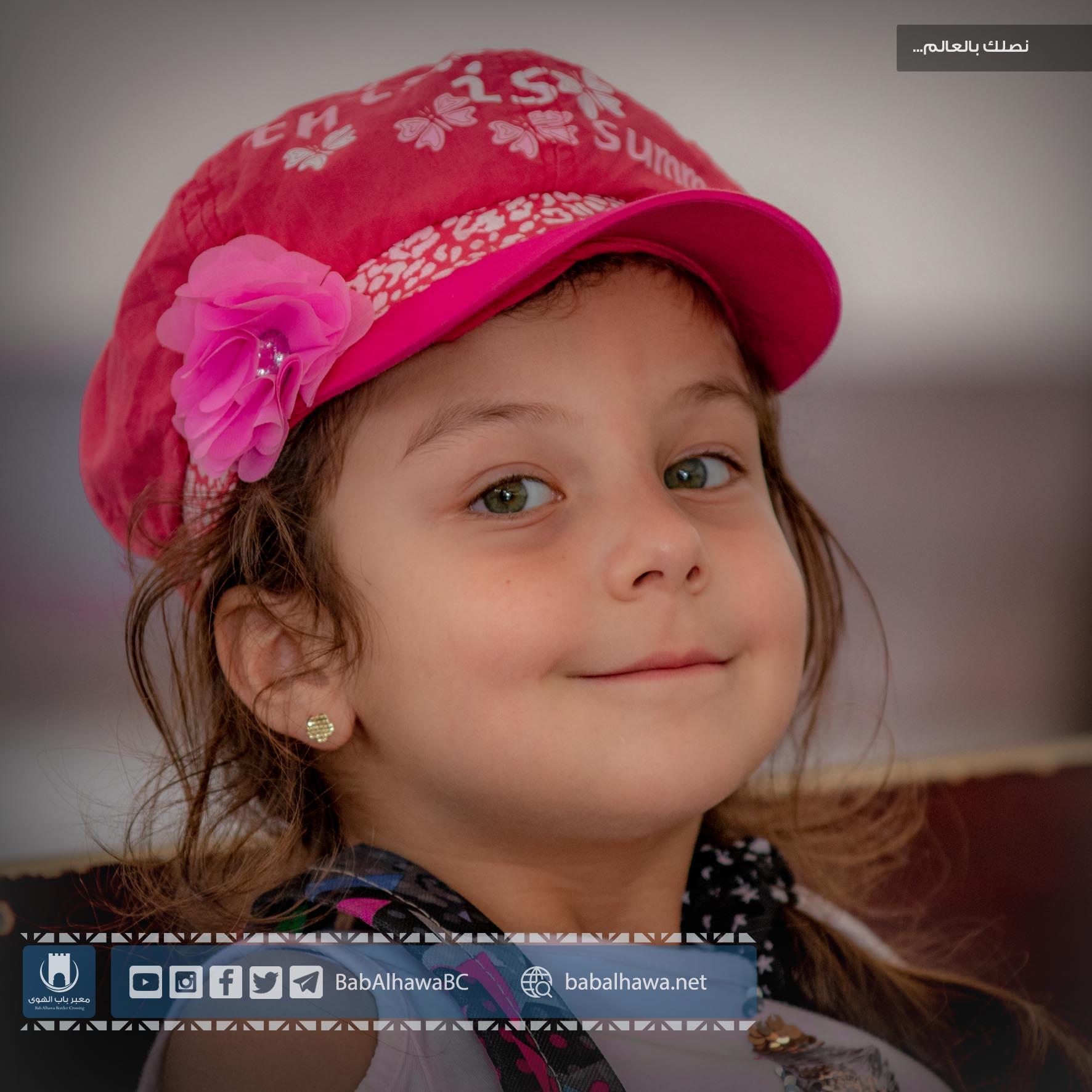 صورة قريبة لطفلة مسافرة في معبر باب الهوى الحدودي - سوريا